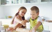 ماذا أحكي لطفلي حين ينبش المطبخ وهل أعطيه حرية التحرك؟