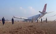 انفجار اطار طائرة تركية في نيبال واصابة 4 من ركابها