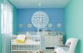 غرفة مولود جديد بألوان منعشة مع منتجات طمبور