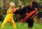 طفل يصارع دمية على شكل تنين