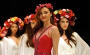 ميراندا كير تنثر جمالها بإطلالاتها المثيرة في تركيا