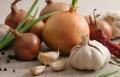 البصل والثوم يمنعان الاصابة بسرطان المعدة