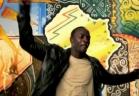المطرب Akon يغني داخل بالون في الكونغو خوفا من فيروس إيبولا