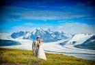 عروسان في الجليد لتخليد زفافهما في لوحات سريالية