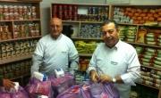 مدير وموظفو بنك مركنتيل في رهط يوزّعون طروداً غذائية على عائلات مستورة
