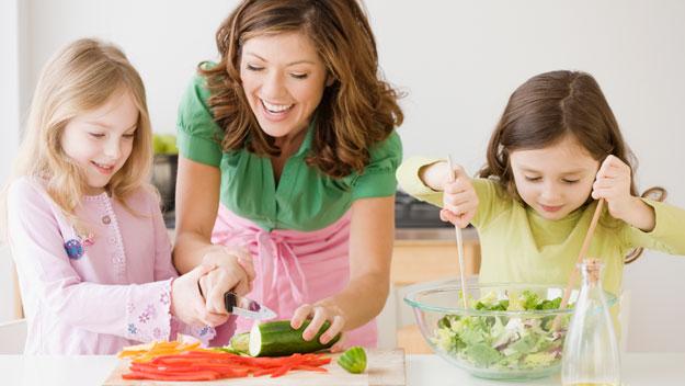 تدفعي أطفالك للمشاركة أكثر إعداد الطعام
