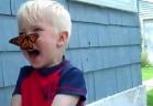 ردة فعل طفل وقفت فراشة على وجهه