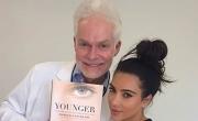 طبيب كيم كاردشيان الخاص يكشف أسرار بشرتها المتوهجة.. شاهد