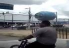 برازيلي يحمل أنبوبة غاز على رأسه أثناء قيادة الدراجة