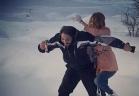 رامي عياش وزوجته يلهوان على الثلج