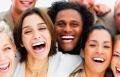 الضحك بسبب اجتماعي يحفز الدماغ ويفعّل التفكير والذاكرة