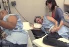 لم يصمدا أكثر من 5 دقائق.. رجلان يجربان مخاض الولادة
