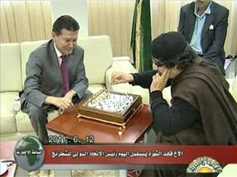 القذافي يلعب الشطرنج ولن يعتزل
