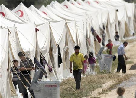 السوريون يفرون مجازر الجيش بالشمال