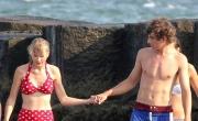 تايلر سويفت بالبكيني مع حبيبها على شاطىء آل كينيدي