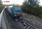 بالفيديو.. مراهق يتحدى نفسه ويقارع قطارا
