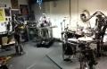 رجال آليون يبدعون في عزف الموسيقى
