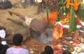 هندي يضع رأسه في النار دون أن يتعرض لأذى