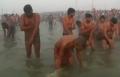 الهنود يبدأون موسم الإغتسال من الخطايا في نهر الغانج