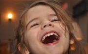 هل يوجد حل يسكت طفلتي من تهريجها الصاخب؟