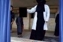 طبيبة داعشية تنشر صورتها وهي تحمل رأس قتيل