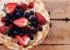 كيكة الفواكه البرية مع كريمة الميرانج المحمصة
