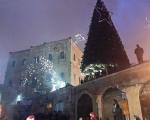 القدس : المئات من المسيحين والمسلمين يشاركون في اضاءة شجرة عيد الميلاد