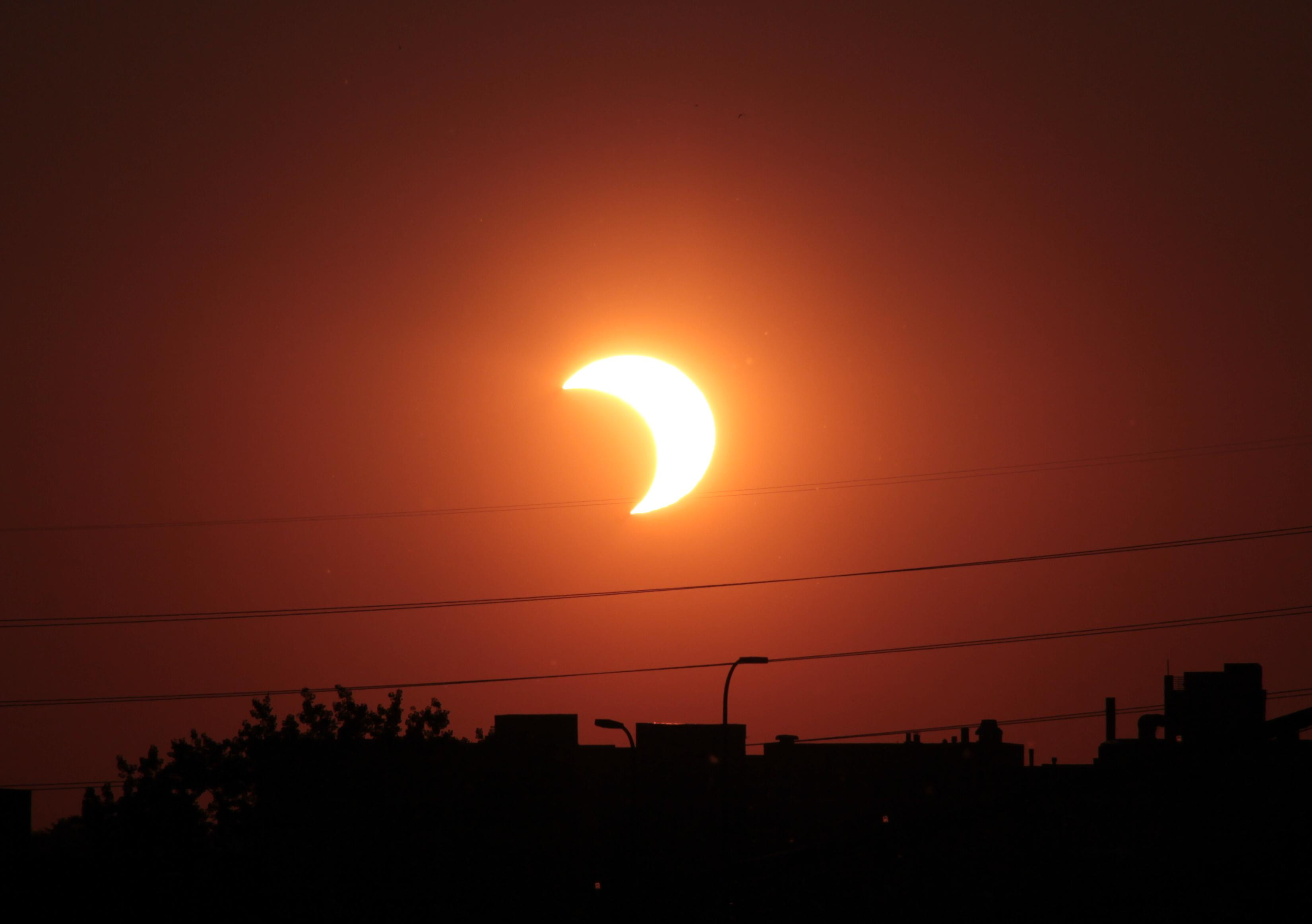 كسوف الشمس غداً في بلدتك؟