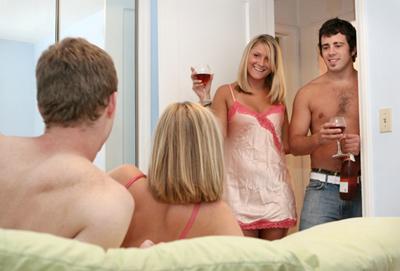 """40% من الشباب لا يمانعون """"الجنس الجماعي""""! 024571_23753"""