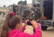 طفلة فلسطينية تلاحق جنود الاحتلال بعد ان اعتقلوا شقيقها في قرية النبي صالح