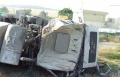 طواقم الإطفاء تخلص سائق علق بشاحنة انقلبت قرب الرامة