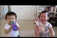بالفيديو : طفلان يضحكان بهستيرية عند رش الماء
