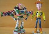 فنان يصنع تماثيل لأبطال الكرتون من صفائح المعلبات