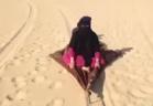 فيديو: سعودي يزلج زوجته على رمال الصحراء