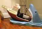 سرير الأطفال الأكثر رعبًا في العالم على شكل سمكة القرش