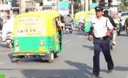 شرطي هندي ينظم المرور برقصة لمايكل جاكسون