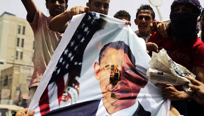 الفلسطينيون بالضفة يحرقون صور أوباما