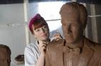 فنانة شابة تصنع ممثلها المفضل من الشوكولا