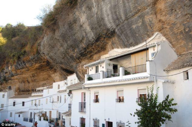 مدينة إسبانية يعيش أهلها الصخور