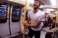 أغرب تحدى بين شاب و مترو الأنفاق