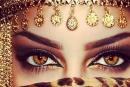فاتنة عمانية تأسر العالم بجمال عينيها