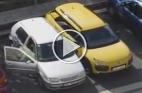شقراء تستعرض مهاراتها في ركن سيارتها بين سيارتين