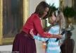 طفلة تحضن ميشيل أوباما خدمة لوالدها