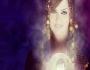 باسكال مشعلاني تحمل صورة ابنها ببلورة سحرية