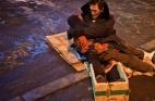 صيني يعانق زوجته المتوفاة ساعتين في الشارع