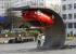 """""""بالصور"""" شاهد فنان يعلق سيارة أوبل رأساً على عقب في لندن ويتحدى جاذبية نيوتن!"""