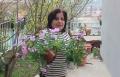 لطيفة تلاطف الأزهار وتعتني بها: تقرير ربيعي مشوق