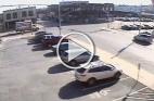 سائق يصطدم بسيارته في مبنى ويتسبب في انهياره