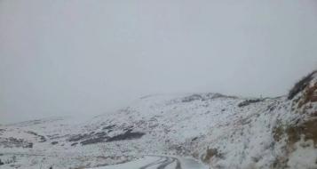 لأول مرة منذ بدء فصل الشتاء: تساقط الثلوج على جبل الشيخ
