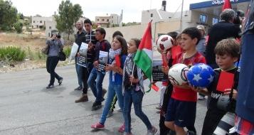 أطفال يرفعون البطاقات الحمراء تأييدًا لطرد اسرائيل من الفيفا، والاحتلال يطلق عليهم قنابل !